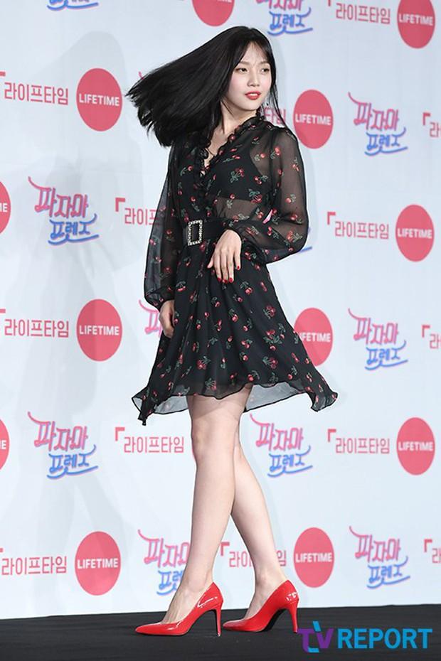 Diện đầm xuyên thấu sexy, mỹ nhân Red Velvet vẫn bị Song Ji Hyo hơn 15 tuổi chiếm hết spotlight tại sự kiện - Ảnh 9.
