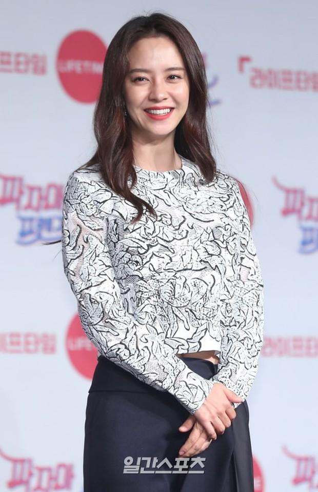 Diện đầm xuyên thấu sexy, mỹ nhân Red Velvet vẫn bị Song Ji Hyo hơn 15 tuổi chiếm hết spotlight tại sự kiện - Ảnh 5.