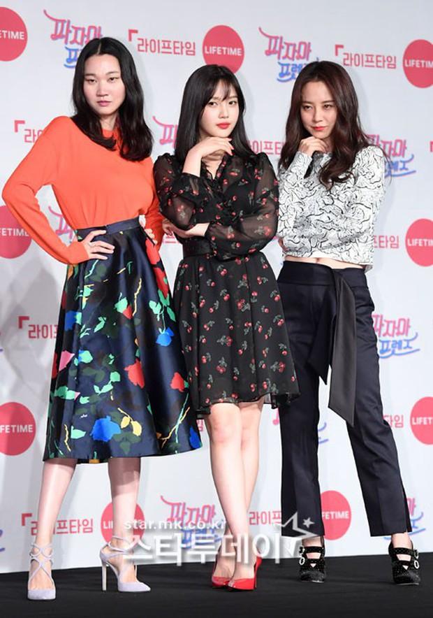 Diện đầm xuyên thấu sexy, mỹ nhân Red Velvet vẫn bị Song Ji Hyo hơn 15 tuổi chiếm hết spotlight tại sự kiện - Ảnh 2.
