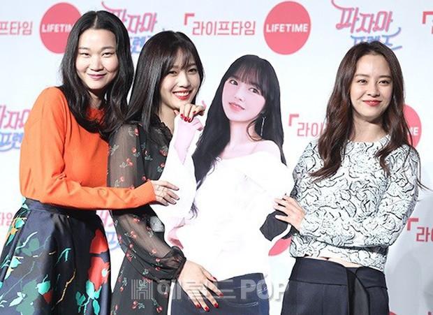 Diện đầm xuyên thấu sexy, mỹ nhân Red Velvet vẫn bị Song Ji Hyo hơn 15 tuổi chiếm hết spotlight tại sự kiện - Ảnh 3.