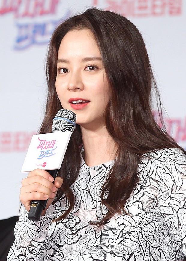 Diện đầm xuyên thấu sexy, mỹ nhân Red Velvet vẫn bị Song Ji Hyo hơn 15 tuổi chiếm hết spotlight tại sự kiện - Ảnh 7.