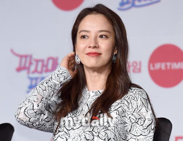 Diện đầm xuyên thấu sexy, mỹ nhân Red Velvet vẫn bị Song Ji Hyo hơn 15 tuổi chiếm hết spotlight tại sự kiện - Ảnh 6.