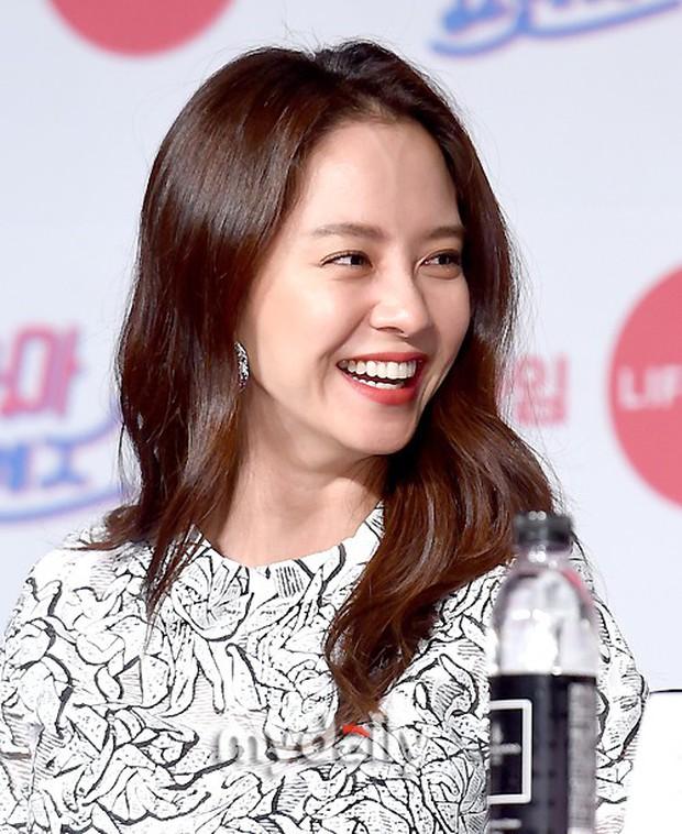Diện đầm xuyên thấu sexy, mỹ nhân Red Velvet vẫn bị Song Ji Hyo hơn 15 tuổi chiếm hết spotlight tại sự kiện - Ảnh 8.