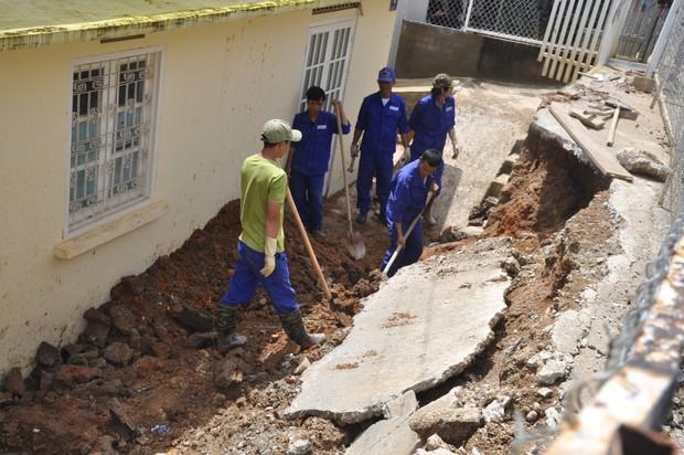Sập bờ taluy, bê tông đổ sập xuống sân trong khu dân cư ở Đà Lạt - Ảnh 2.
