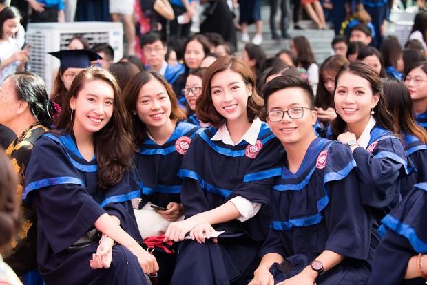 1 ngày trước khi hết nhiệm kỳ Hoa hậu Việt Nam, Đỗ Mỹ Linh rạng rỡ cùng bạn bè nhận bằng tốt nghiệp Đại học - Ảnh 8.