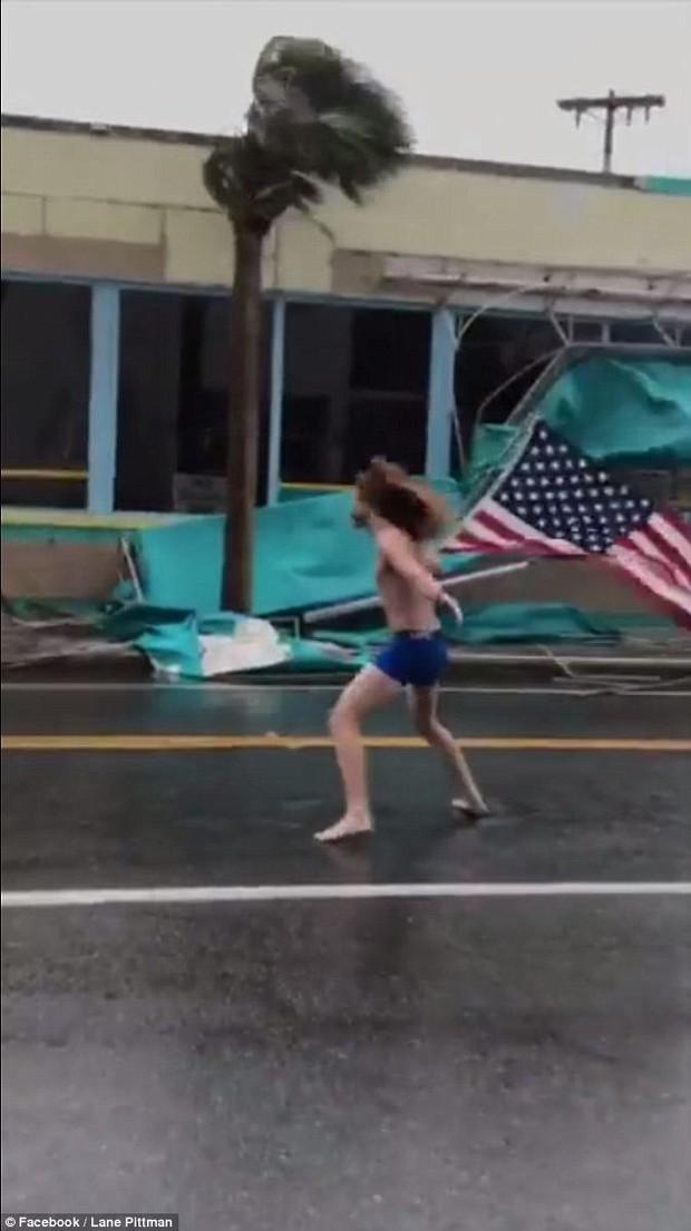 Thách thức thiên nhiên: Thanh nhiên đối mặt bão Florence chỉ bằng chiếc quần xà lỏn và lá cờ Mỹ gây sốt trên MXH - Ảnh 1.