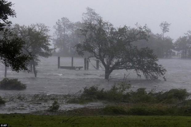 Siêu bão Florence có thể trút 37,8 nghìn tỷ lít nước khi đổ bộ vào Mỹ - Ảnh 2.