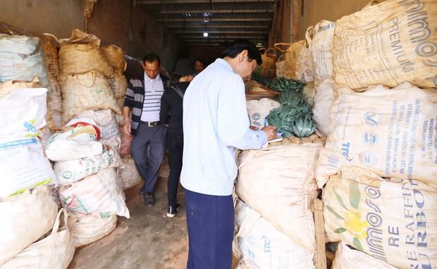 Tiểu thương chợ Nông sản Đà Lạt xin lùi thời gian chuyển khoai tây Trung Quốc tồn kho ra ngoài - Ảnh 1.