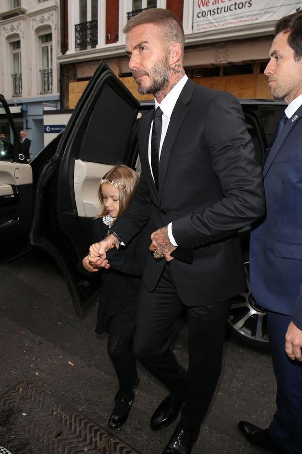 Đại gia đình Beckham mặc cực chất dự show của mẹ Vic, bé Harper xinh như công chúa, sơn móng tay đen táo bạo - Ảnh 2.