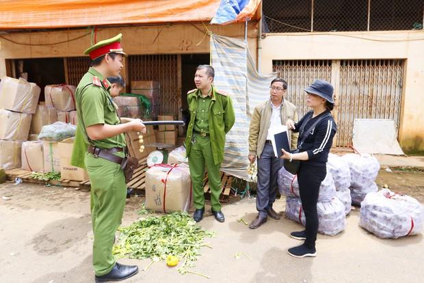 Tiểu thương chợ Nông sản Đà Lạt xin lùi thời gian chuyển khoai tây Trung Quốc tồn kho ra ngoài - Ảnh 2.