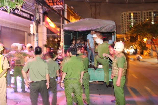 Phát hiện hàng chục nam thanh nữ tú bay lắc theo tiếng nhạc chát chúa trong quán bar ở Sài Gòn - Ảnh 4.