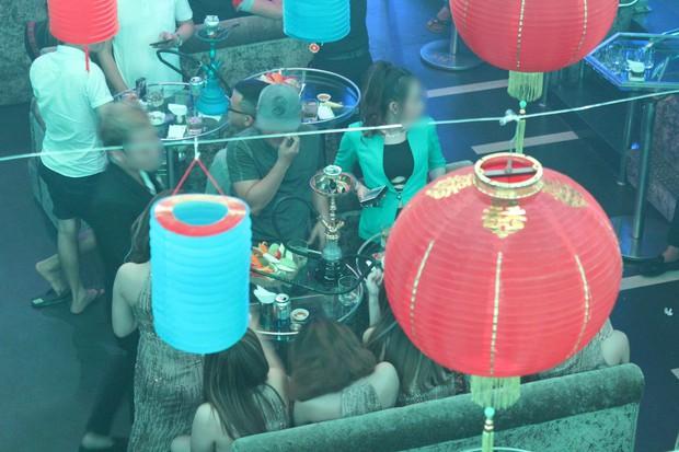 Phát hiện hàng chục nam thanh nữ tú bay lắc theo tiếng nhạc chát chúa trong quán bar ở Sài Gòn - Ảnh 2.