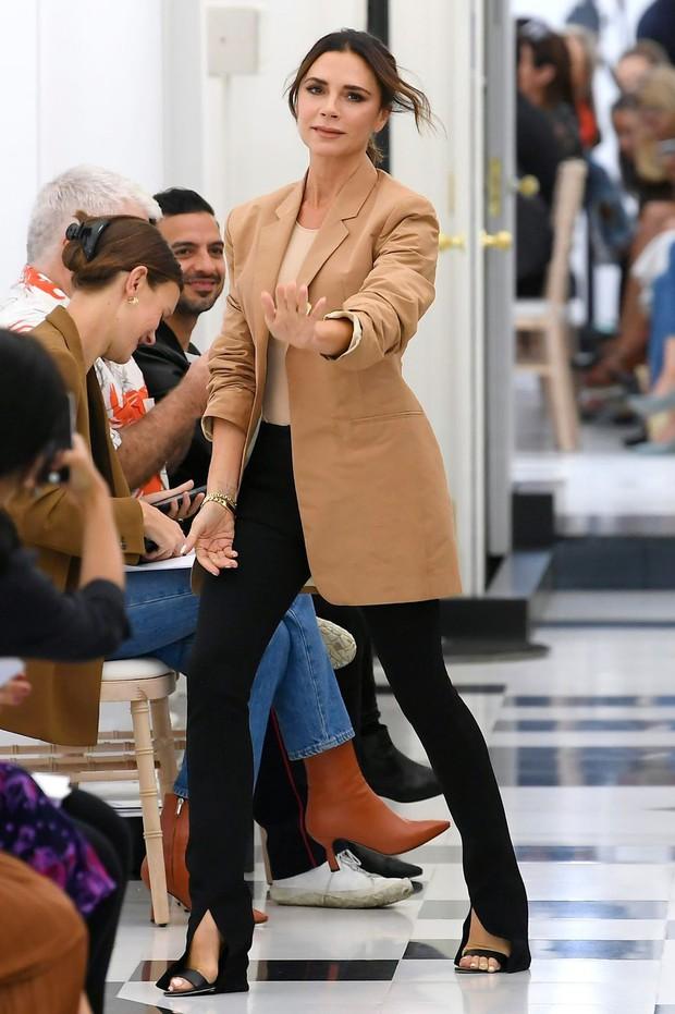 Đại gia đình Beckham mặc cực chất dự show của mẹ Vic, bé Harper xinh như công chúa, sơn móng tay đen táo bạo - Ảnh 9.