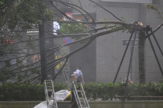 Bão Mangkhut xô nghiêng nhà cửa, người già ở Hồng Kông quyết không sơ tán - Ảnh 11.