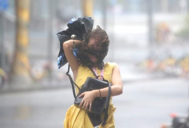 Bão Mangkhut xô nghiêng nhà cửa, người già ở Hồng Kông quyết không sơ tán - Ảnh 8.