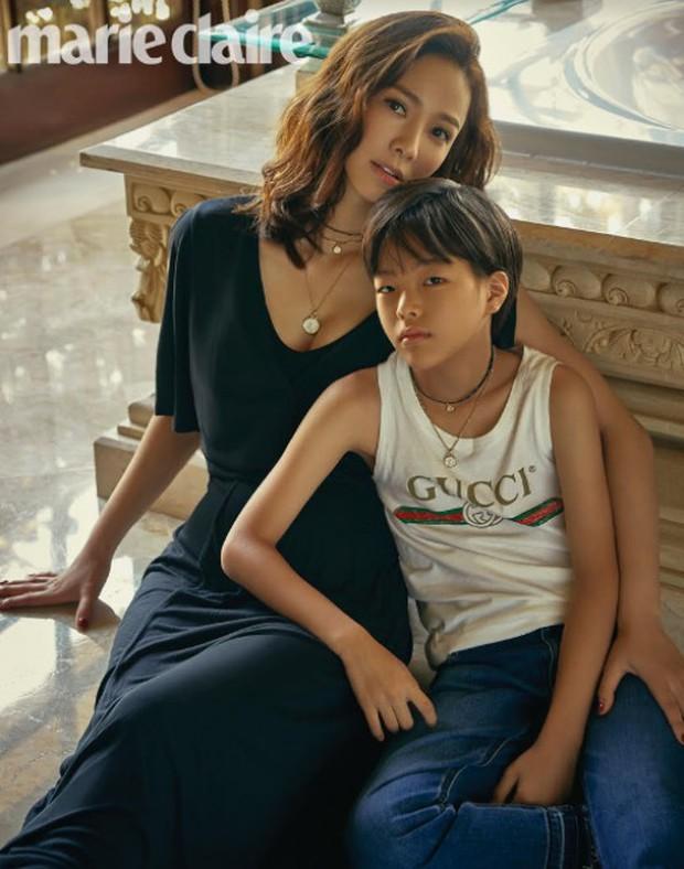 Vợ chồng Kwon Sang Woo và Hoa hậu tung ảnh tạp chí kỷ niệm 10 năm kết hôn đẹp xuất sắc, gây chú ý là 2 thiên thần - Ảnh 2.