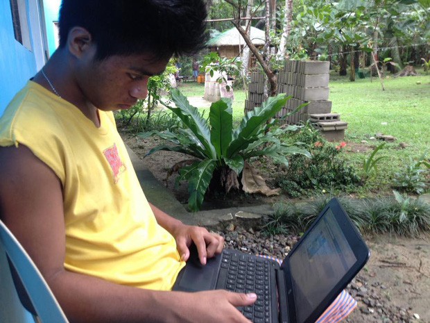 Cảm động hình ảnh nam sinh Philippines ở lại trường học bài đến tận tối muộn vì ở nhà nghèo không có điện - Ảnh 2.