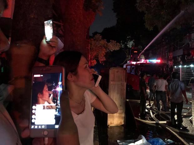 Nóng: Cháy lan kinh hoàng cả dãy trọ gần viện Nhi ở Hà Nội, nhiều người ôm mặt khóc nức nở - Ảnh 7.