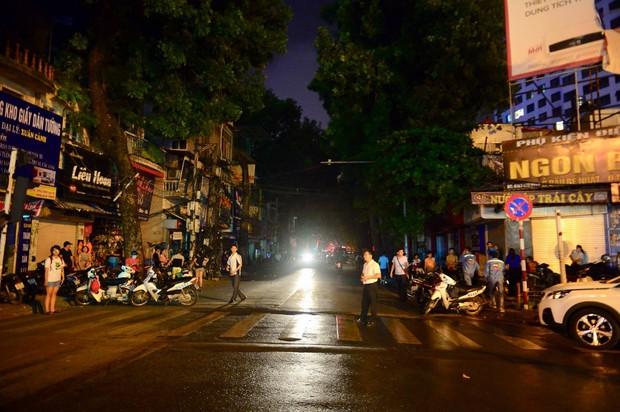 Nóng: Cháy lan kinh hoàng cả dãy trọ gần viện Nhi ở Hà Nội, nhiều người ôm mặt khóc nức nở - Ảnh 22.