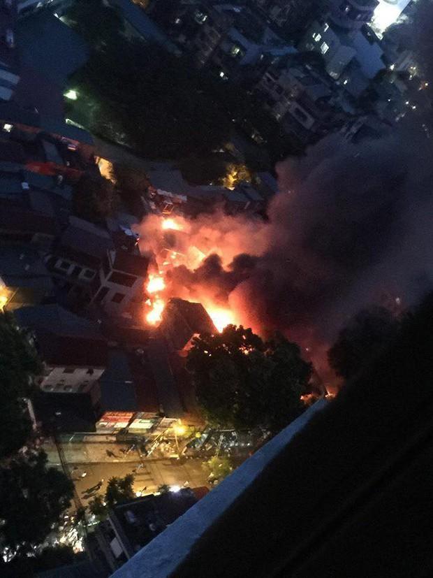 Nóng: Cháy lan kinh hoàng cả dãy trọ gần viện Nhi ở Hà Nội, nhiều người ôm mặt khóc nức nở - Ảnh 2.