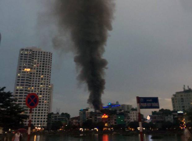 Nóng: Cháy lan kinh hoàng cả dãy trọ gần viện Nhi ở Hà Nội, nhiều người ôm mặt khóc nức nở - Ảnh 4.