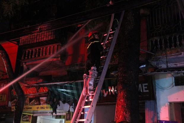 Nóng: Cháy lan kinh hoàng cả dãy trọ gần viện Nhi ở Hà Nội, nhiều người ôm mặt khóc nức nở - Ảnh 21.