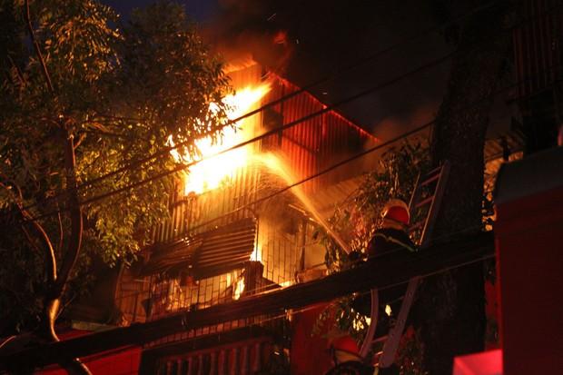 Nóng: Cháy lan kinh hoàng cả dãy trọ gần viện Nhi ở Hà Nội, nhiều người ôm mặt khóc nức nở - Ảnh 19.