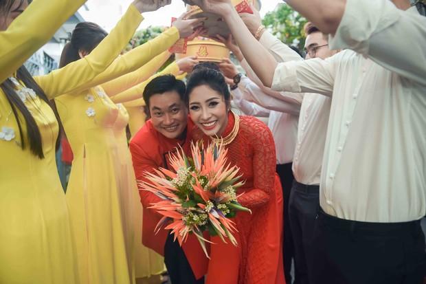 Hoa hậu trả vương miện Đặng Thu Thảo rạng rỡ bên vị hôn phu trong lễ đính hôn tại Cần Thơ - Ảnh 11.