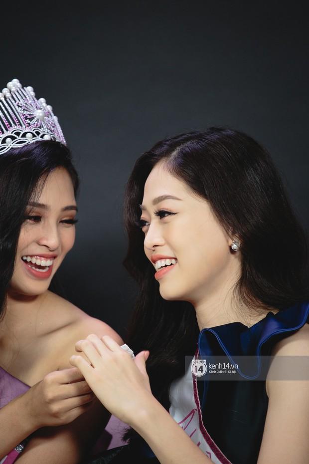 Clip: Bị chê bảng điểm kém, Hoa hậu Trần Tiểu Vy thể hiện khả năng nói tiếng Anh cùng Á hậu Phương Nga - Ảnh 3.