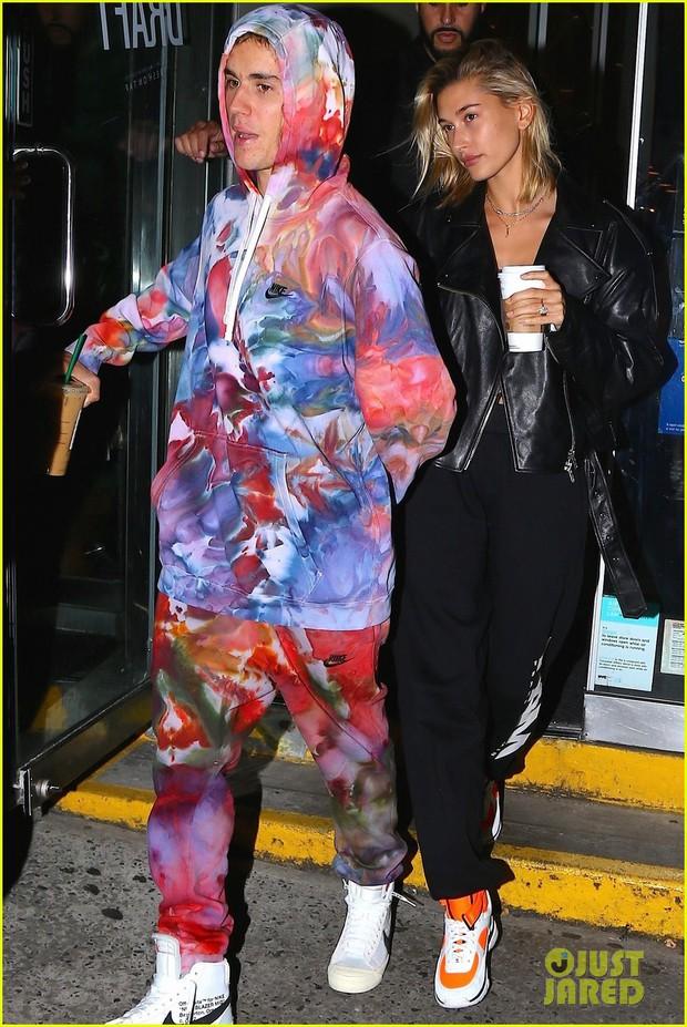 Hết áo hoa hòe, Justin Bieber lại diện nguyên cây 7 sắc cầu vồng ra phố  - Ảnh 3.