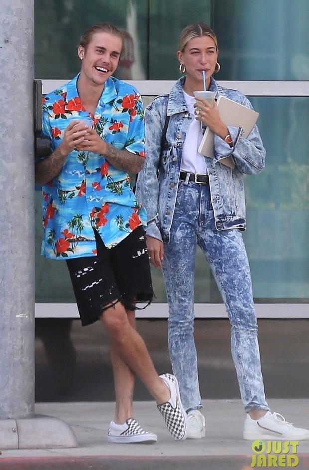 Hết áo hoa hòe, Justin Bieber lại diện nguyên cây 7 sắc cầu vồng ra phố  - Ảnh 1.