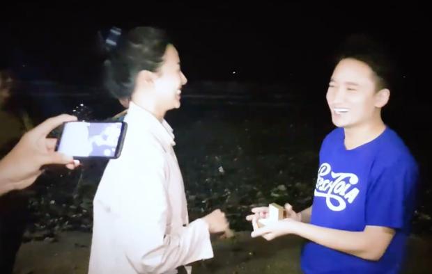 Phan Mạnh Quỳnh vừa cầu hôn bạn gái trên biển, cô gái đó là ai?  - Ảnh 2.