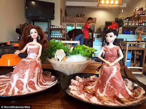 Búp bê mặc váy thịt bò, bánh pizza bày trên ván trượt: Đồ ăn đâu phải chỉ để ăn, mà còn để sáng tạo - Ảnh 1.