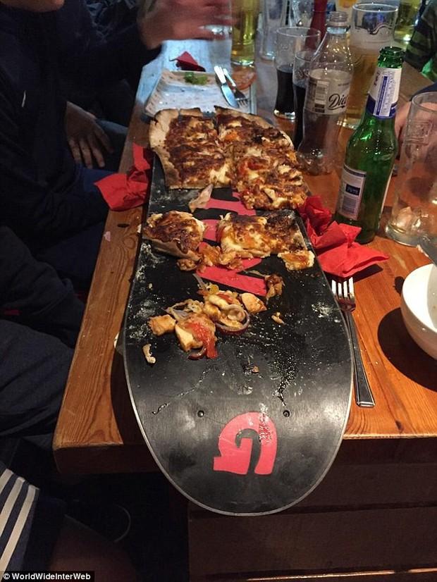 Búp bê mặc váy thịt bò, bánh pizza bày trên ván trượt: Đồ ăn đâu phải chỉ để ăn, mà còn để sáng tạo - Ảnh 6.