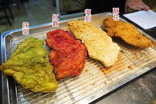 Gà rán khổng lồ đủ màu - món ăn vặt mới toanh của Đài Loan làm dân tình dậy sóng - Ảnh 1.