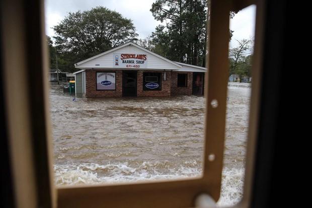 Bên trong làn nước lũ sau siêu bão Florence, người dân Đông Mỹ đang phải chịu đựng những mối nguy hiểm chết người - Ảnh 2.