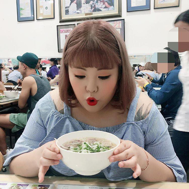 Nàng mập triệu view Hàn Quốc ghé thăm Việt Nam, thích thú thưởng thức phở và gỏi cuốn - Ảnh 4.