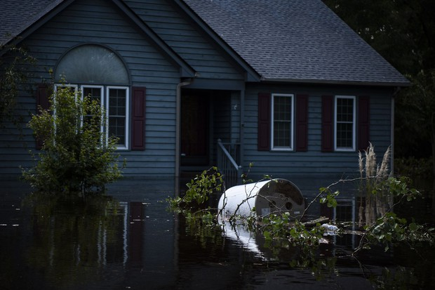 Bên trong làn nước lũ sau siêu bão Florence, người dân Đông Mỹ đang phải chịu đựng những mối nguy hiểm chết người - Ảnh 3.