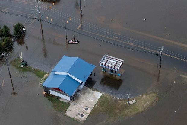 Bên trong làn nước lũ sau siêu bão Florence, người dân Đông Mỹ đang phải chịu đựng những mối nguy hiểm chết người - Ảnh 4.