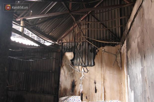 Ảnh, clip: Khung cảnh tan hoang bên trong dãy trọ bị giặc lửa thiêu rụi ở Hà Nội - Ảnh 9.