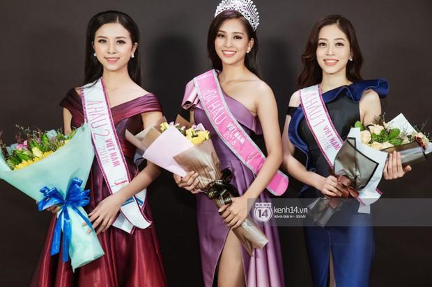 Ngắm Hoa hậu Trần Tiểu Vy sắc sảo bên cạnh Á hậu Phương Nga và Thúy An - Ảnh 1.