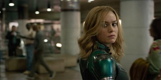 Captain Marvel rách trời rơi xuống, đấm người già trong trailer nóng hổi đầu tiên - Ảnh 3.