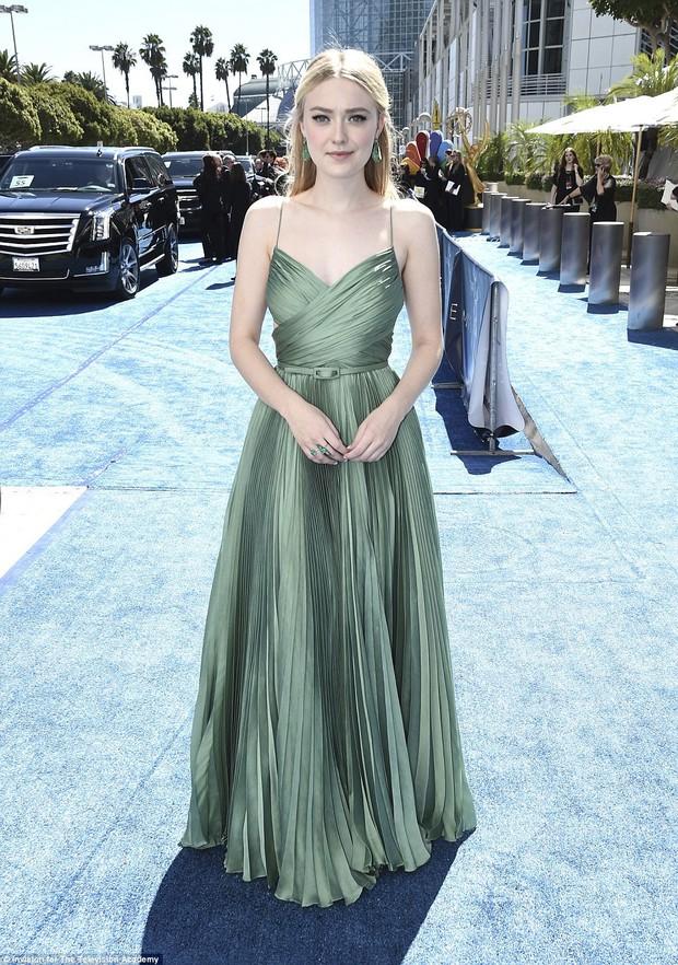 Lễ trao giải Emmy 2018: Lóa mắt với vẻ đẹp sang trọng của dàn mỹ nhân Hollywood, nhân vật cuối gây sốc với màn hở ngực - Ảnh 7.