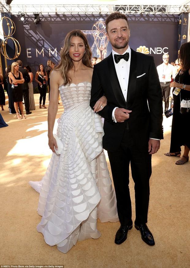 Lễ trao giải Emmy 2018: Lóa mắt với vẻ đẹp sang trọng của dàn mỹ nhân Hollywood, nhân vật cuối gây sốc với màn hở ngực - Ảnh 3.