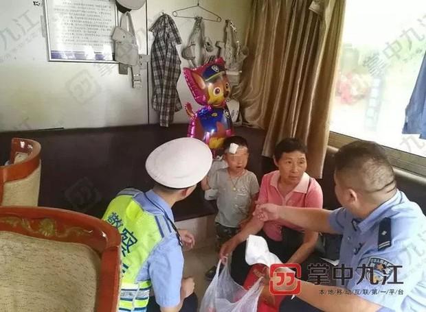 Cậu bé 4 tuổi bị bỏ bên đường, trong tay cầm giấy ly hôn của bố mẹ nhưng phản ứng của người mẹ khiến ai cũng phẫn nộ - Ảnh 1.