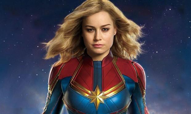 Captain Marvel rách trời rơi xuống, đấm người già trong trailer nóng hổi đầu tiên - Ảnh 2.