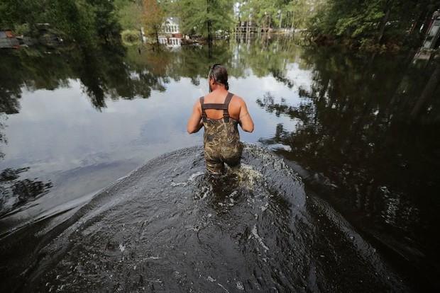 Bên trong làn nước lũ sau siêu bão Florence, người dân Đông Mỹ đang phải chịu đựng những mối nguy hiểm chết người - Ảnh 1.