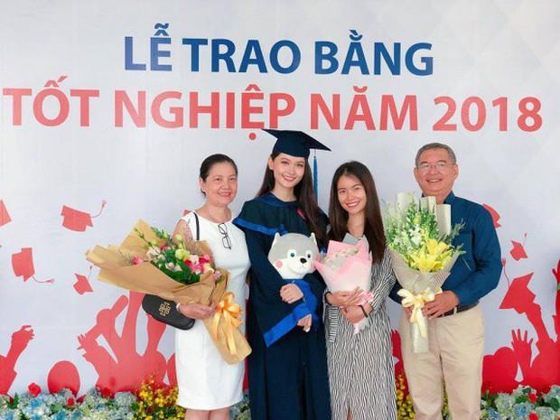Á hậu Thùy Dung rạng rỡ trong ngày tốt nghiệp tại đại học Ngoại Thương - Ảnh 2.