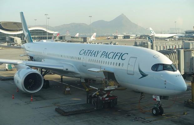 Hãng hàng không Cathay Pacific sơn lại máy bay cho mới, ai ngờ lại thiếu luôn chữ F mới đen - Ảnh 1.