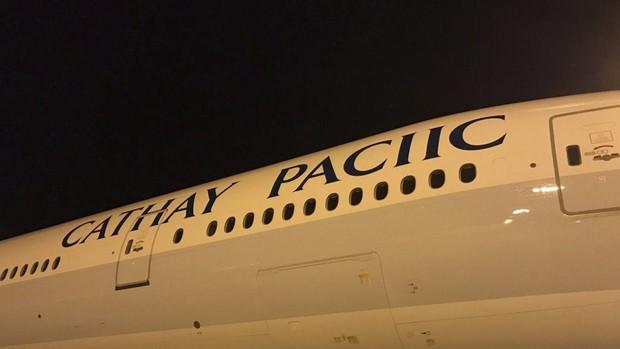 Hãng hàng không Cathay Pacific sơn lại máy bay cho mới, ai ngờ lại thiếu luôn chữ F mới đen - Ảnh 2.